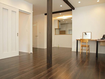 長岡京市の中古住宅リフォーム。リフォーム後のリビング。約21.6帖のLDKは床暖房が入っています。濃い木目のフローリングです。
