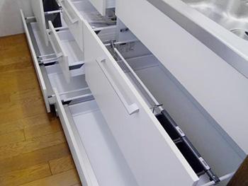 ライオンホームでキッチンリフォーム。収納は引き出しタイプに変わって収納力バツグンになりました。調理器具から小物まで、たっぷり収納することが出来ます。