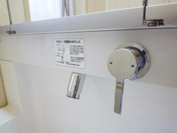ライオンホームの洗面台リフォーム。新しい洗面台の水栓は軽い力で動かすだけのレバー式。ハイバックガードが付いているので、背面への水はねも防止してくれます。お勧めの洗面台です。