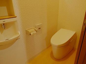 長岡京市の店舗をリビングにリフォーム。リフォーム後のトイレです。タンクの無い便器はスッキリ見えます。