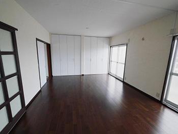 長岡京市の中古マンションリノベーション。リフォーム後のLDKの床は、濃いブラウンの遮音のフローリングを張りました。色はブラックウォールナット。白い天井は、断熱塗料ガイナを塗っています。