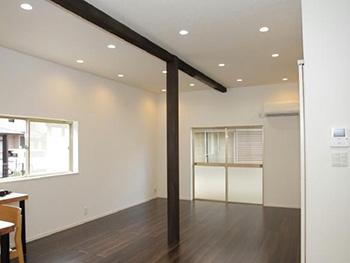 長岡京市の中古住宅リフォーム。リフォーム後のリビングの床は、パナソニック アーキスペックフローリングのスモーキーオーク。