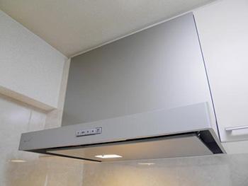 ライオンホームでキッチンリフォーム。古い換気扇から、スタイリッシュなシルバーのレンジフードに交換しました。Panasonic スマートフードです。 掃除しやすい撥水性フィルターでお掃除ラクラクです。