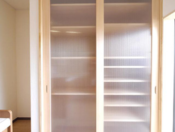 向日市で中古住宅を購入してリノベーション。食器棚も作りました。食器からゴミ箱まで収納出来ます。もちろん棚板は可動式です。