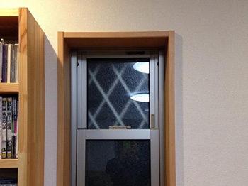 長岡京市の店舗をリビングにリフォーム。猫が足を乗せられるように、窓の周りに木枠を付けました。