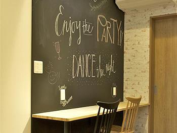 大山崎町のリビングリノベーション。リフォーム後のキッチン横の壁です。専用の塗料を塗って、黒板になっています。