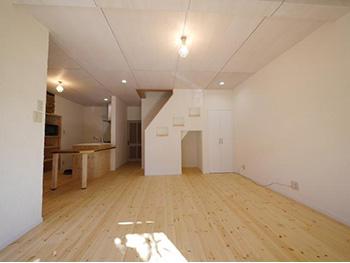 ライオンホームのリビングリノベーション。広いLDKです。フローリングは白っぽい色の無垢材。壁は白の漆喰。