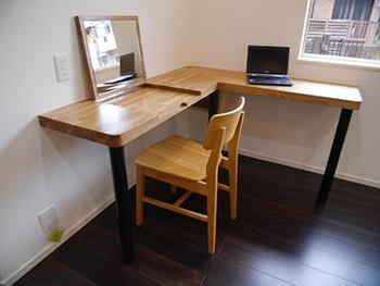 長岡京市の中古住宅リフォーム。新しいリビングに、ライオンホームオリジナルで製作したパソコンカウンター。明るい茶色が素敵です。一部が立ち上がり鏡になります。