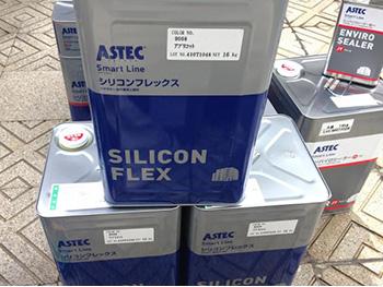 長岡京市の外壁屋根塗装リフォーム。屋根と外壁に使った塗料の缶です。アステックペイント社のシリコンフレックス。