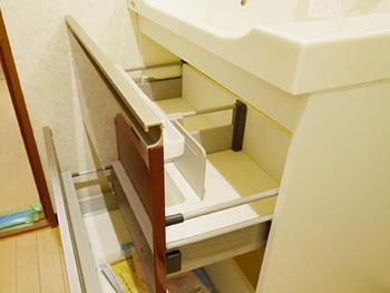 長岡京市の洗面化粧台リフォーム。リフォーム後の洗面台の収納引出しです。引き出しタイプになり空間が有効活用できます。