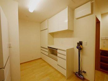 長岡京市の店舗をリビングにリフォーム。リフォーム後のキッチンスペース。キッチンにはたっぷりの収納スペース。
