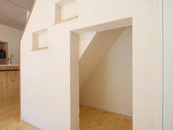 来生ホームのリビングリノベーション。階段下に作られた扉の無い隠れ家のようなスペース。壁にはニッチが2ヶ所作られています。