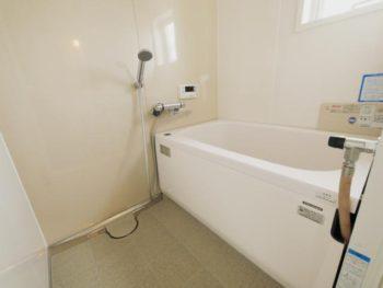 長岡京市の中古マンションリノベーション。リフォーム後のお風呂場です。白を基調とした浴室は、タカラ 伸びの美浴室。