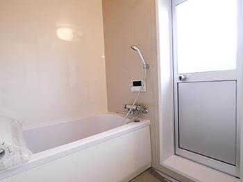 大山崎町の円団団地リノベーション。リフォーム後の浴室です。タイル張りだった壁もパネルになったのでお掃除も楽になります。