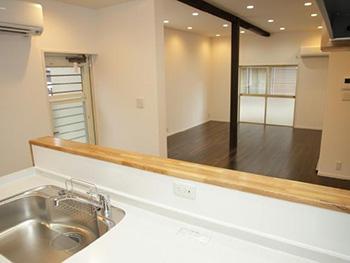 長岡京市の中古住宅リフォーム。リフォーム後はリビングを見渡せるキッチンになりました。リクシルシステムキッチンn アミィ。