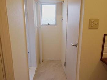 大山崎町の円団団地リノベーション。左右にドアが二つあります。左手がお風呂場、右手がトイレです。