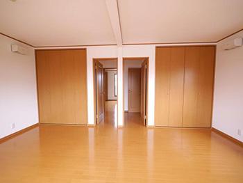 向日市で中古住宅を購入してリノベーション。明るく広くなった子ども部屋です。2部屋並んでいた洋室の壁を取り払い、一つの部屋にしました。ドアもクローゼットも二つずつ、元々合ったものをそのまま使っています。将来また2部屋にすることが可能です。