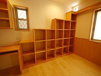 長岡京市の店舗をリビングにリフォーム。階段型の本棚を造作で作りました。猫が窓上のキャットウォークまで登れるように、階段型の本棚を作ってというお客様からのリクエストです。