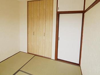 長岡京市の中古マンションリノベーション。リフォーム後の和室です。壁は漆喰を塗り、畳を替えました。和風の押入れは、明るい木目の扉になりました。
