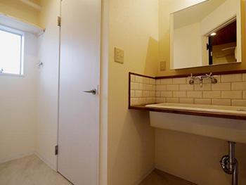 大山崎町の円団団地リノベーション。洗面所の場所をトイレの隣に変更しました。
