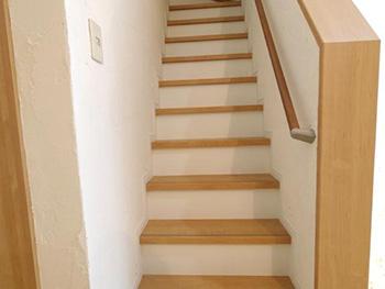 ライオンホームのリビングリノベーション。階段です。踏み板と手すりだけが薄い茶色の木で、後は全て白色です。