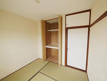 長岡京市の中古マンションリノベーション。リフォーム後の和室です。木目調のクローゼットの扉を開けています。