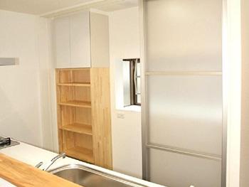 長岡京市の中古住宅リフォーム。キッチンの後ろには収納棚が。オリジナルで作ったパイン材の棚もあります。棚板が好きな位置に移動できます。