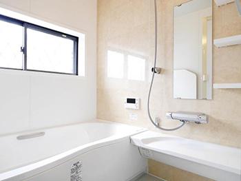 向日市で中古住宅を購入してリノベーション。リフォーム後の浴室です。ホワイトの浴槽は広くゆったり入れます。壁のアクセントパネルはパールベージュです。