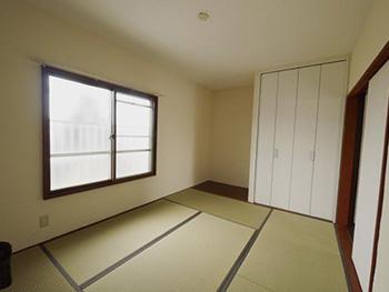 長岡京市の中古マンションリノベーション。リフォーム後の和室です。この和室の押入れもクローゼットにして、白い扉に変えました。