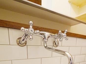 大山崎町の円団団地リノベーション。洗面台のシルバーの水栓です。白い横長のタイルを貼って、そこに水栓を取り付けました。