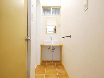 ライオンホームの洗面台リフォーム。床はテラコッタタイル調です。洗面台は造作しました。ライオンホームオリジナルです。