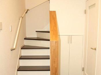 長岡京市の中古住宅リフォーム。リフォーム後の階段です。濃いブラウンの階段はLDKから2階へ行けるように移動させました。元は玄関入ってすぐの場所にありました。
