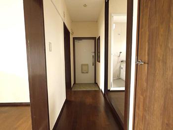 長岡京市の中古マンションリノベーション。リフォーム後の廊下です。全体的に白と茶色で統一したお住まいになりました。
