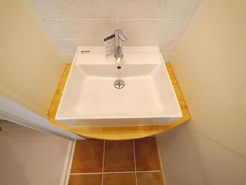 ライオンホームの洗面台リフォーム。明るい色の木を使って、洗面ボウルを乗せる洗面台を造りました。