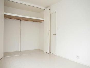 長岡京市の中古住宅リフォーム。リフォーム後の2階の洋室のクローゼットです。真ん中の扉は左右どちらにも動かせます。