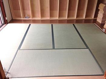 ライオンホームの和室リフォーム。リフォーム後の2階の和室です。畳が真ん中に6畳あり、その周りをぐるりと床材で囲みました。