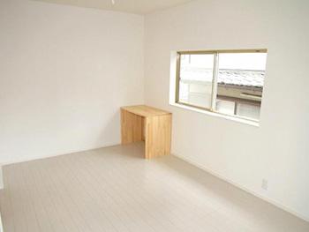 長岡京市の中古住宅リフォーム。2階の洋室、フローリングも壁も真っ白です。