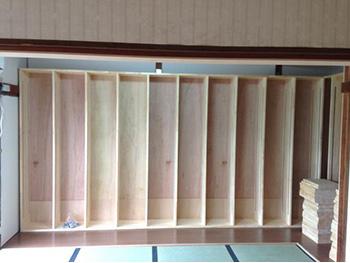 ライオンホームの和室リフォーム。畳の周りを床材でぐるりと囲んだその床に、オリジナル製作をした本棚を壁付けしています。壁がぐるりと本棚です。