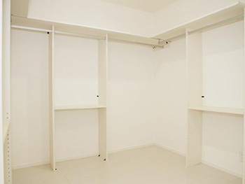 長岡京市の中古住宅リフォーム。ウォークインクローゼットです。一部屋まるごと収納スペースです。このお部屋も真っ白。