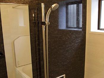 長岡京市の中古住宅リフォーム。リフォーム後のバスルームです。お湯を抜くだけで排水管のお掃除が出来、お湯も冷めにくい浴槽です。リクシルシステムバス キレイユ。