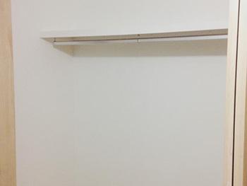 ライオンホームの洋室収納リフォーム。2階の洋室のクローゼットの扉を開けた中です。棚板とポールを付けています。