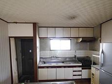 長岡京市のキッチンリフォーム。リフォーム前のキッチンです。シンク下と吊戸棚は開き扉収納。