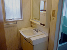 ライオンホームの洗面化粧台リフォーム。古い洗面化粧台です。