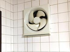 大山崎町の換気扇リフォーム。プロペラの換気扇が付いていました。これを、シロッコファンのレンジフードに交換します。