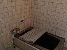 大山崎町の浴室・洗面室リフォーム。タイル張りのお風呂です。狭く小さなステンレスの浴槽があります。
