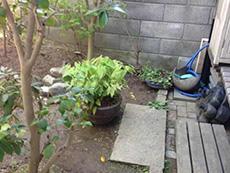 西京区のキッチン増築リフォーム。キッチンの掃き出し窓から裏庭へ出られます。このお庭へキッチンを増築します。