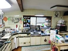 大山崎町のキッチンリフォーム。L型の白い大きなキッチンです。30年お使いです。