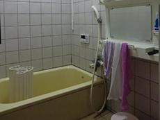 向日市の浴室リフォーム。リフォーム前の浴室です。白いタイル貼りに黄色い浴槽です。浴槽の底に穴が開いた事でご依頼を頂きました。