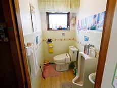 長岡京市のトイレリフォーム。リフォーム前のトイレです。奥行きがあります。