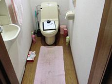 長岡京市のトイレリフォーム。リフォーム前のトイレの様子です。奥行きのある、左手前に手洗い場が別にあるトイレ室です。